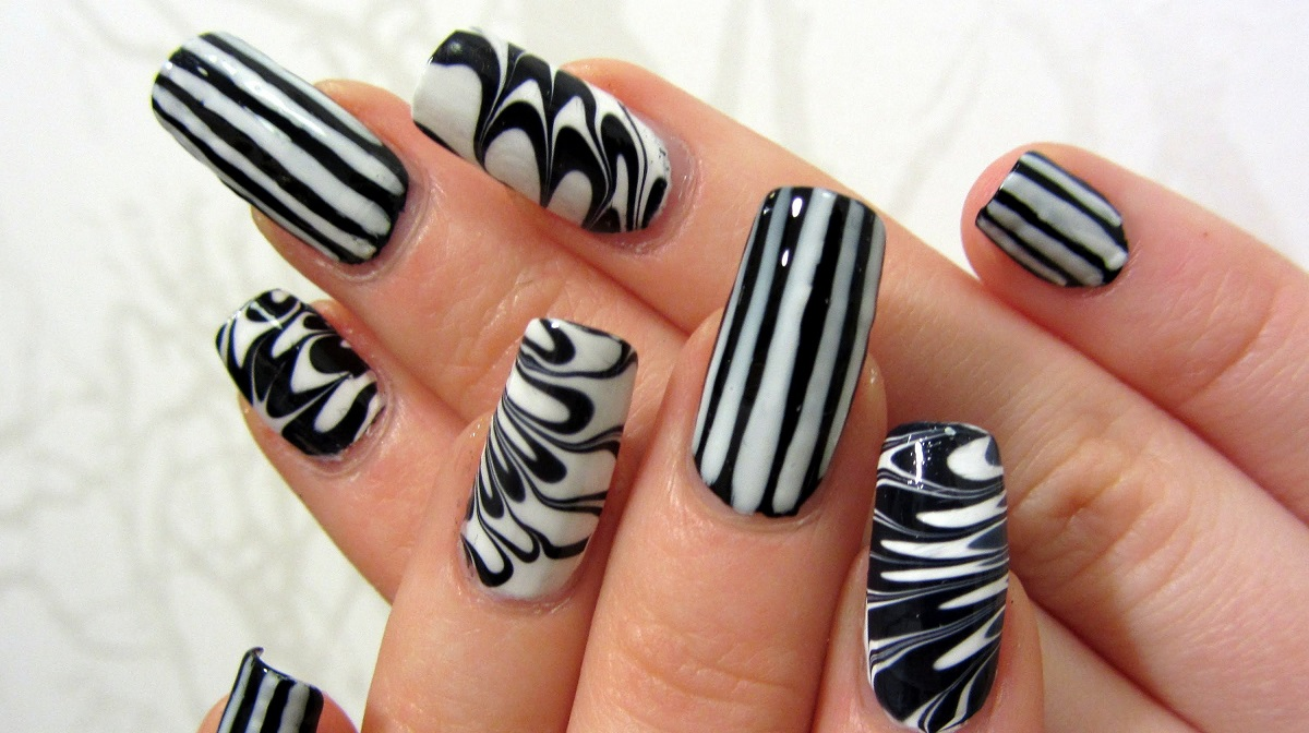 decorar uñas con agua